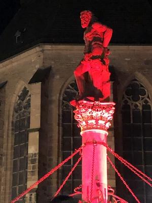 Rot angestrahlter Herkulesbrunnen