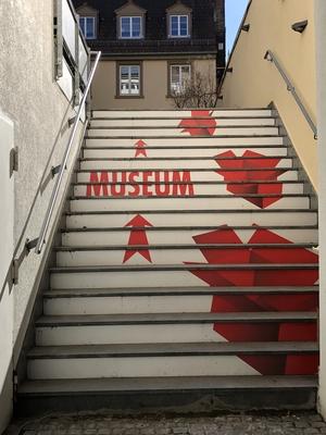 Treppe mit aufgemalten roten Schachteln