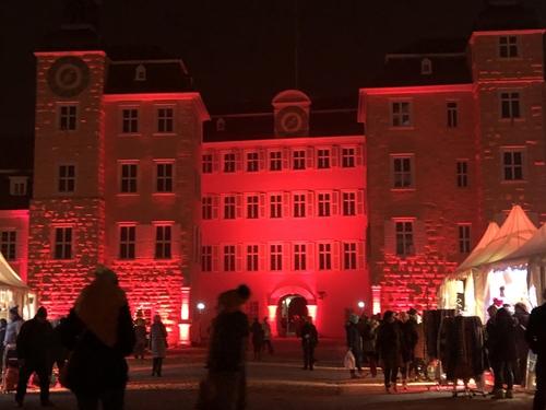 Das angestrahlte Schwetzinger Schloss