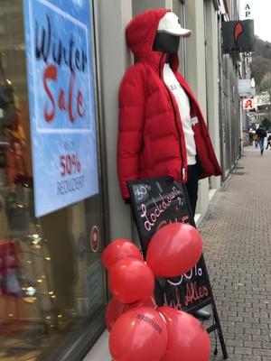 Rote Luftballons und Daunenjacke