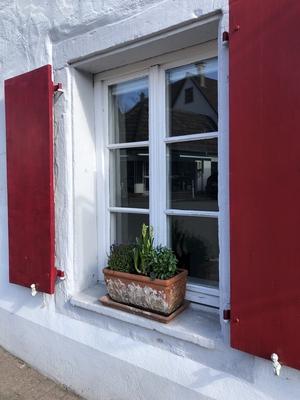 Fenster mit roten Fensterläden