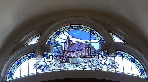 Kirchenfenster mit vielen blauen Elementen