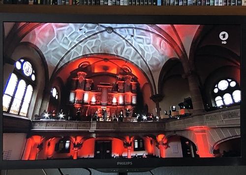 Rot angestrahlter Kirchenraum